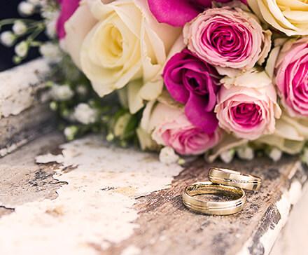 Bukiet róż wręczony z okazji rocznicy ślubu