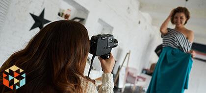 Kobieta pozująca w sukience podczas sesji zdjęciowej