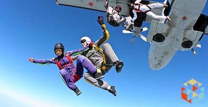 osoby skaczące ze spadochronem przy wyskakiwaniu z samolotu