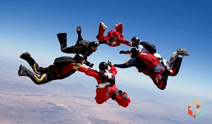 Skok ze spadochronem swobodne opadanie w grupie skoczków