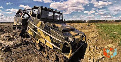 Jazda czołgiem po trudnym błotnistym terenie