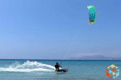 Kitesurfing nad morzem