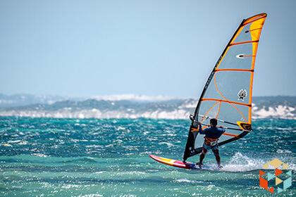 Windsurfer na desce na morzu