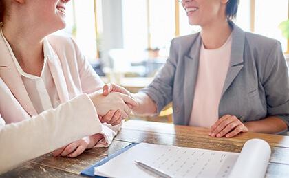 Dwie kobiety podczas spotkania biznesowego