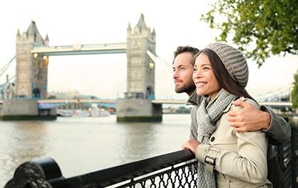 Zakochana para podczas spaceru po Londynie z Tower Bridge w tle