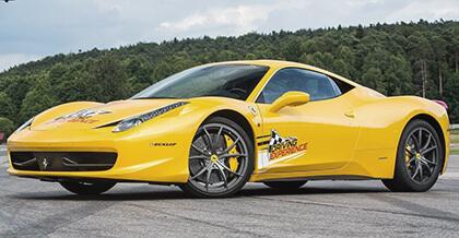 Żółte Ferrari Italia na torze wyścigowym