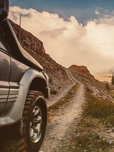 Samochód terenowy jadący przez trudny górski teren