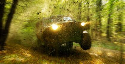 Dynamiczna jazda samochodem terenowym przez zielony teren