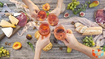 Toast wznoszony różowym winem podczas pikniku