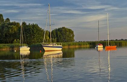 Żaglówki zacumowane na jeziorze mazurskim