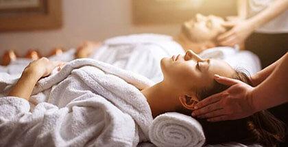 Para w spa poddająca się zabiegom relaksacyjnym