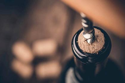 Butelka wina otwierana korkociągiem