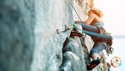 kobieta uprawiająca wspinaczkę górską
