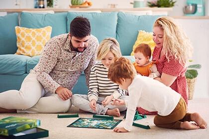 Rodzina z dziećmi grająca w gry planszowe